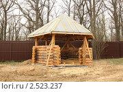 Купить «Строительство деревянной рубленой беседки», фото № 2523237, снято 2 мая 2011 г. (c) Галина Бурцева / Фотобанк Лори