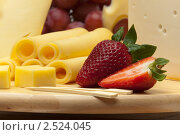Купить «Сыр и клубника на деревянной доске», фото № 2524045, снято 7 апреля 2011 г. (c) Антон Балаж / Фотобанк Лори