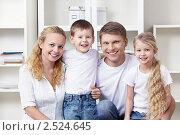 Купить «Счастливая семья», фото № 2524645, снято 19 марта 2011 г. (c) Raev Denis / Фотобанк Лори