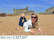 Купить «Девушка, лежащая на песке рядом со старинным фортом. Порту, Португалия», фото № 2527837, снято 15 апреля 2011 г. (c) Галина Бурцева / Фотобанк Лори