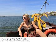 Купить «Девушка на носу лодки во время речной прогулки. Порту, Португалия», фото № 2527845, снято 20 апреля 2011 г. (c) Галина Бурцева / Фотобанк Лори