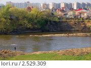 Купить «Река на фоне городских построек», фото № 2529309, снято 1 мая 2011 г. (c) Борис Панасюк / Фотобанк Лори