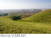 Купить «Зелёные холмы на фоне города», фото № 2529321, снято 1 мая 2011 г. (c) Борис Панасюк / Фотобанк Лори