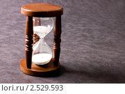 Купить «Песочные часы на сером фоне», фото № 2529593, снято 16 июля 2018 г. (c) Воронин Владимир Сергеевич / Фотобанк Лори