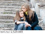 Купить «Счастливая семья. Отношения старшей и младшей сестры», эксклюзивное фото № 2529889, снято 22 апреля 2011 г. (c) Игорь Низов / Фотобанк Лори