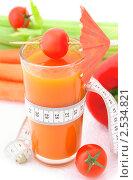 Купить «Овощной коктейль с измерительной лентой и свежими овощами на белом фоне», фото № 2534821, снято 6 апреля 2011 г. (c) Светлана Зарецкая / Фотобанк Лори