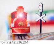 Игрушечный паровоз крупным планом. Стоковое фото, фотограф pzAxe / Фотобанк Лори
