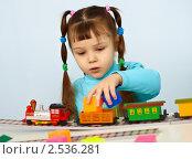 Купить «Маленькая девочка - дошкольник играет с миниатюрной железной дорогой», фото № 2536281, снято 4 февраля 2011 г. (c) pzAxe / Фотобанк Лори