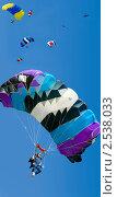 Купить «Группа парашютистов на показательных выступлениях», фото № 2538033, снято 22 августа 2009 г. (c) Владимир Мельников / Фотобанк Лори