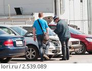 Купить «Инспектор ГИБДД проверяет номера под капотом», эксклюзивное фото № 2539089, снято 10 мая 2011 г. (c) Игорь Низов / Фотобанк Лори