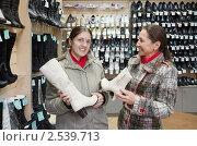 Купить «Две улыбающиеся женщины выбирают обувь в магазине», фото № 2539713, снято 16 октября 2010 г. (c) Яков Филимонов / Фотобанк Лори