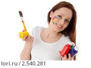 Купить «Молодая женщина с красками и кистью на белом фоне. Дизайнер интерьера.», фото № 2540281, снято 17 мая 2011 г. (c) Мельников Дмитрий / Фотобанк Лори
