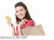 Купить «Девушка держит кредитную карту», фото № 2551037, снято 2 апреля 2011 г. (c) Raev Denis / Фотобанк Лори