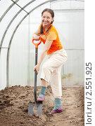 Купить «Пожилая женщина в теплице», фото № 2551925, снято 8 мая 2011 г. (c) Яков Филимонов / Фотобанк Лори