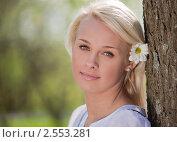 Купить «Портрет девушки с цветком в волосах», фото № 2553281, снято 7 мая 2011 г. (c) Андрей Батурин / Фотобанк Лори