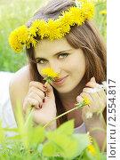 Девушка в венке из одуванчиков. Стоковое фото, фотограф Юлия Маливанчук / Фотобанк Лори