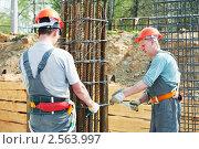 Купить «Строители за работой», фото № 2563997, снято 25 июня 2019 г. (c) Дмитрий Калиновский / Фотобанк Лори
