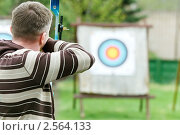 Купить «Спортсмен стреляет из лука», фото № 2564133, снято 17 июля 2018 г. (c) Дмитрий Калиновский / Фотобанк Лори