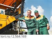 Купить «Рабочий следит за укладкой асфальта», фото № 2564169, снято 26 марта 2019 г. (c) Дмитрий Калиновский / Фотобанк Лори