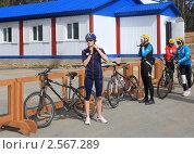 Купить «Велосипедистка застегивает защитный шлем», фото № 2567289, снято 26 мая 2011 г. (c) Анатолий Матвейчук / Фотобанк Лори