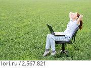 Девушка в поле с ноутбуком. Стоковое фото, фотограф Чуев Максим / Фотобанк Лори