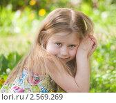 Купить «Обаятельная девочка со сложенными руками», фото № 2569269, снято 18 мая 2011 г. (c) Alexandra Ustinskaya / Фотобанк Лори