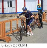 Купить «Стартовый толчок правой ногой. Велосипедистка», фото № 2573041, снято 26 мая 2011 г. (c) Анатолий Матвейчук / Фотобанк Лори