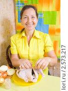 Купить «Женщина фарширует курицу», фото № 2573217, снято 7 октября 2010 г. (c) Яков Филимонов / Фотобанк Лори