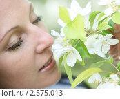 Девушка вдыхает ароматы весны. Стоковое фото, фотограф Чуев Максим / Фотобанк Лори