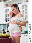 Купить «Молодая беременная женщина со свежими фруктами на кухне дома. Беременность и здоровое питание», фото № 2578881, снято 1 июня 2011 г. (c) Мельников Дмитрий / Фотобанк Лори