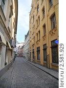 Узкая улица между домов в Риге (2011 год). Стоковое фото, фотограф Владимир Одегов / Фотобанк Лори