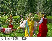 Купить «Праздник Троица в русской деревне, народные танцы, хоровод и гулянья», фото № 2584429, снято 7 июня 2009 г. (c) ElenArt / Фотобанк Лори