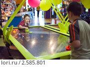 Купить «Дети играют в аэрохоккей», эксклюзивное фото № 2585801, снято 22 мая 2011 г. (c) Сергей Лаврентьев / Фотобанк Лори