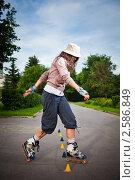 Молодая девушка на роликах в парке. Стоковое фото, фотограф Василий Повольнов / Фотобанк Лори