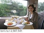 Девушка  за столиком в вагоне-ресторане. Стоковое фото, фотограф Юлия Кузнецова / Фотобанк Лори