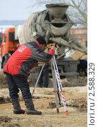 Рабочий контролирует производство работ (2011 год). Редакционное фото, фотограф Николай Истомин / Фотобанк Лори