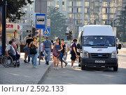 Купить «Автобусная остановка в городе», эксклюзивное фото № 2592133, снято 13 июня 2011 г. (c) Анна Мартынова / Фотобанк Лори