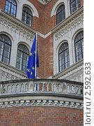 Старое кирпичное здание с флагом евросоюза (2011 год). Стоковое фото, фотограф Павличенко Наталья / Фотобанк Лори