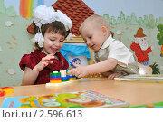 Купить «Дети в ясельной группе играют в развивающую игру», эксклюзивное фото № 2596613, снято 28 апреля 2011 г. (c) Вячеслав Палес / Фотобанк Лори