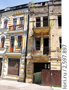 Два одинаковых и разных дома (2011 год). Стоковое фото, фотограф Володимир Щербина / Фотобанк Лори
