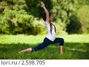 Купить «Активная беременная женщина делает спортивные упражнения в летнем парке. Забота о здоровье и беременность», фото № 2598705, снято 6 июня 2011 г. (c) Мельников Дмитрий / Фотобанк Лори