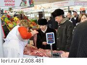 Купить «Прилавок со свежим мясом на рынке», эксклюзивное фото № 2608481, снято 11 декабря 2010 г. (c) Дмитрий Неумоин / Фотобанк Лори