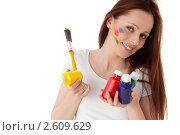 Купить «Молодая женщина с красками и кистью на белом фоне. Дизайнер интерьера.», фото № 2609629, снято 17 мая 2011 г. (c) Мельников Дмитрий / Фотобанк Лори