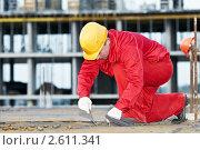 Купить «Строительный рабочий прокладывает  арматуру», фото № 2611341, снято 20 сентября 2019 г. (c) Дмитрий Калиновский / Фотобанк Лори