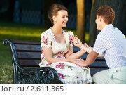 Купить «Молодой мужчина дарит обручальное кольцо девушке», фото № 2611365, снято 18 января 2019 г. (c) Дмитрий Калиновский / Фотобанк Лори