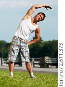 Купить «Молодой мужчина занимается спортом в парке», фото № 2611373, снято 22 апреля 2019 г. (c) Дмитрий Калиновский / Фотобанк Лори