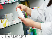 Купить «Фармацевт в аптеке крупным планом», фото № 2614917, снято 16 января 2020 г. (c) Дмитрий Калиновский / Фотобанк Лори