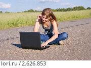 Купить «Девочка сидит с ноутбуком на асфальте. Современные технологии», фото № 2626853, снято 17 июня 2011 г. (c) Павел Кричевцов / Фотобанк Лори