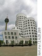 Купить «Здание архитектора Гери и Рейнская башня, Дюссельдорф, Германия», фото № 2628269, снято 19 июня 2011 г. (c) Fro / Фотобанк Лори