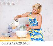 Купить «Девушка погрела воды чтобы помыть посуду. Нет горячей воды.», фото № 2629645, снято 30 июня 2011 г. (c) Типляшина Евгения / Фотобанк Лори